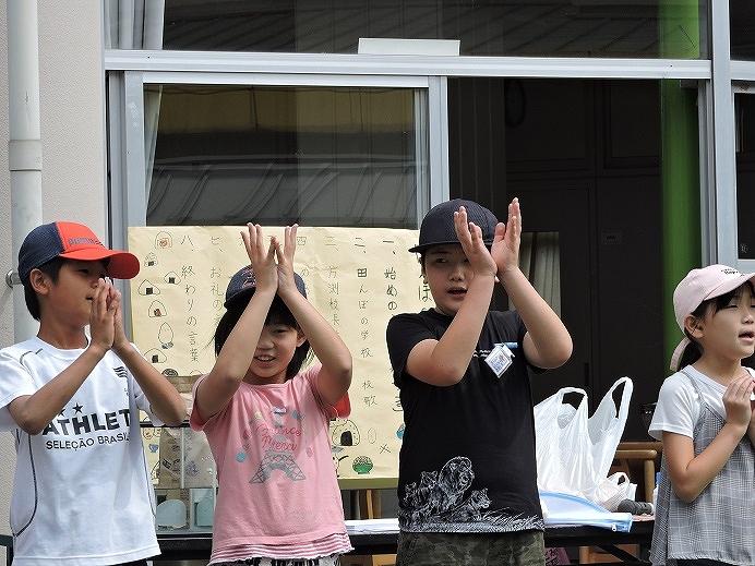 塩水選で田んぼの学校校歌を披露する児童